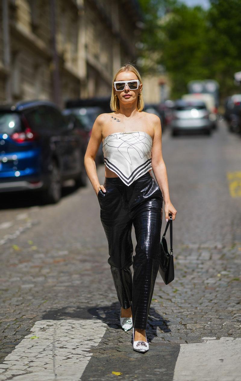calça de couro preta blusa de lenço óculos branco