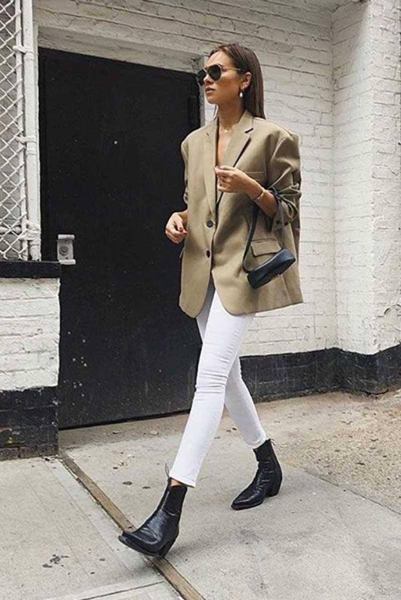 calça skinny branca blazer largo bege botas looks