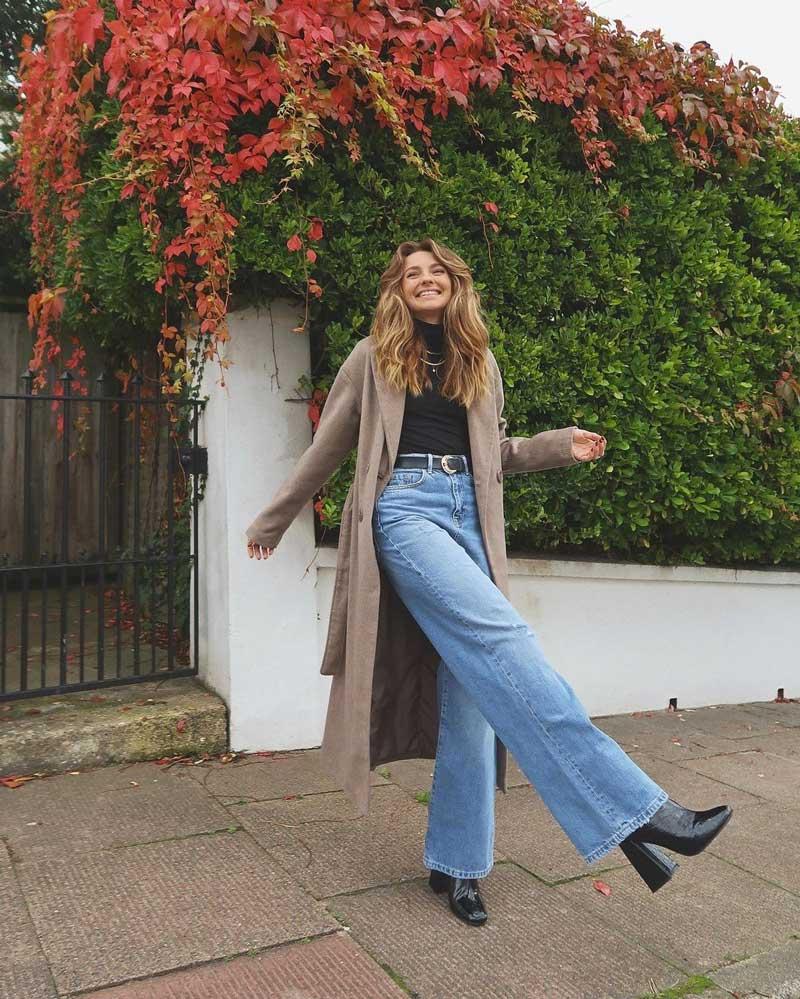 calça wide leg jeans blusa gola alta preta sobretudo marrom claro