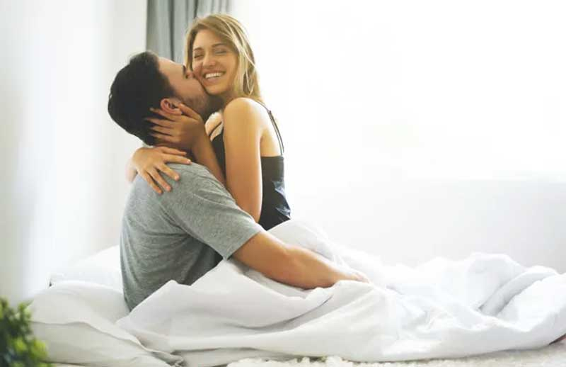 casal cama relacionamento