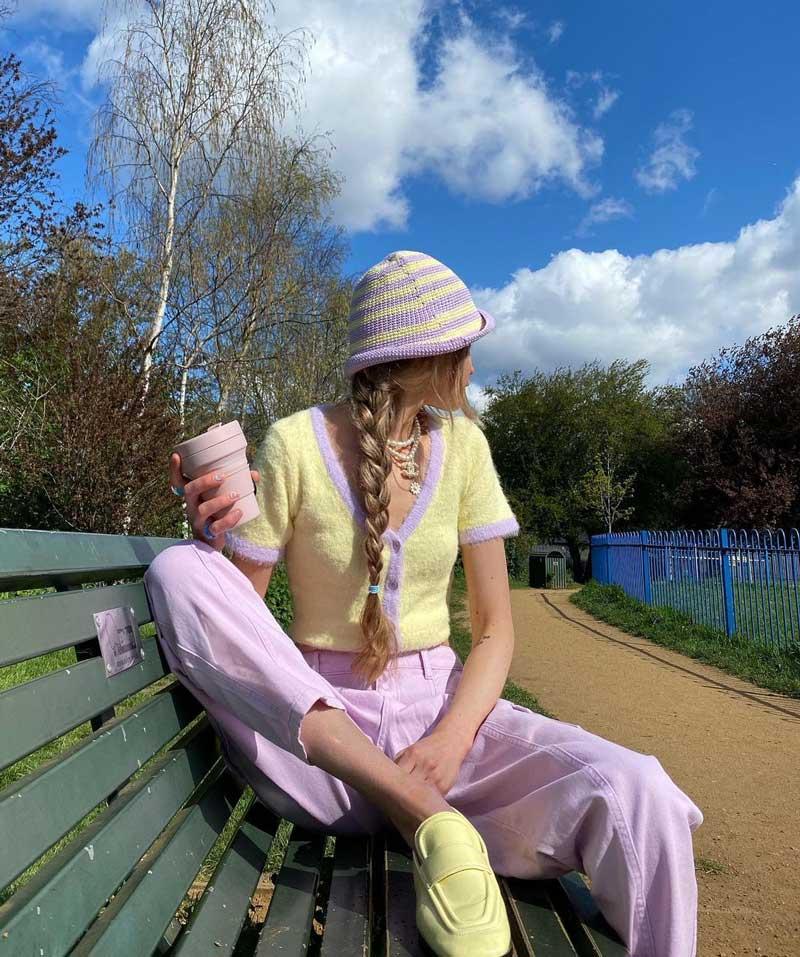chapéu de pescador em crochê listrado amarelo e lilás