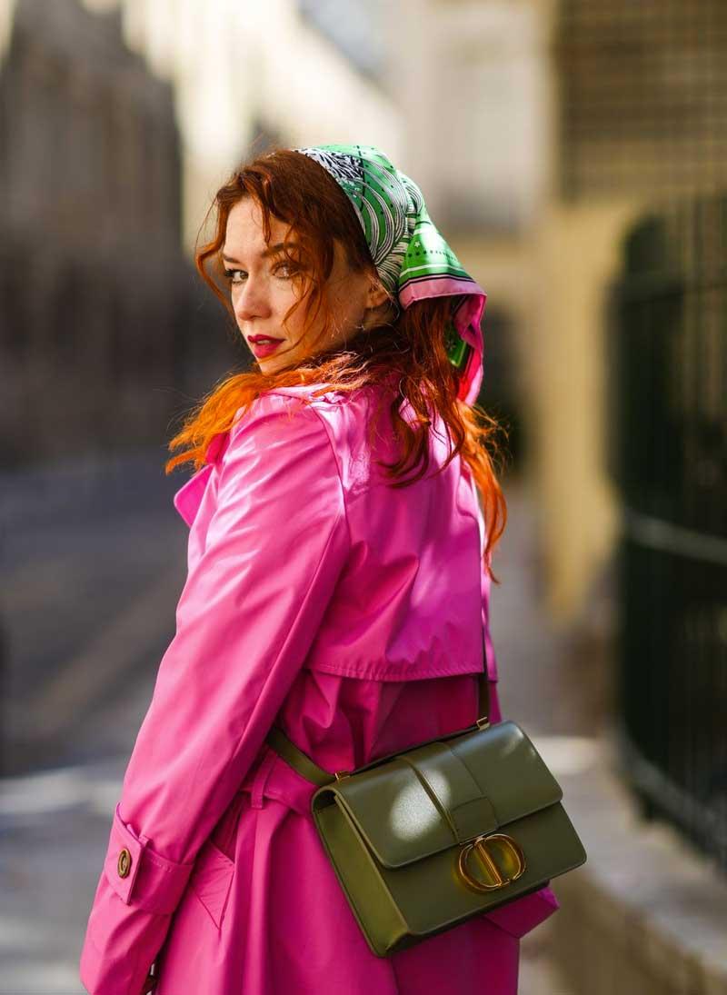 como usar verde e rosa trench coat rosa bolsa verde lenço na cabeça