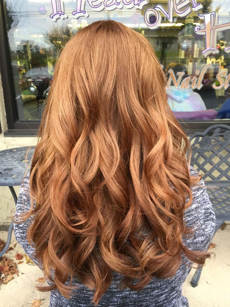 cor de cabelo que deixa mais jovem loiro avermelhado