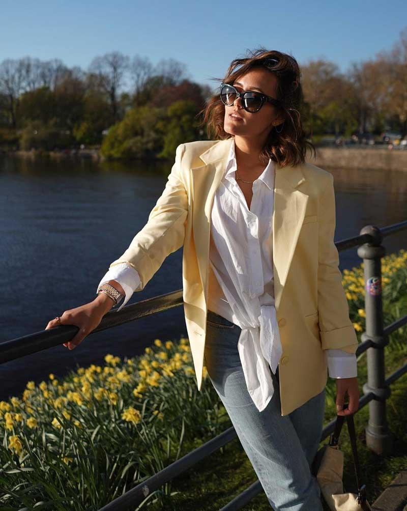 cores pastel blazer amarelo calca jeans camisa branca