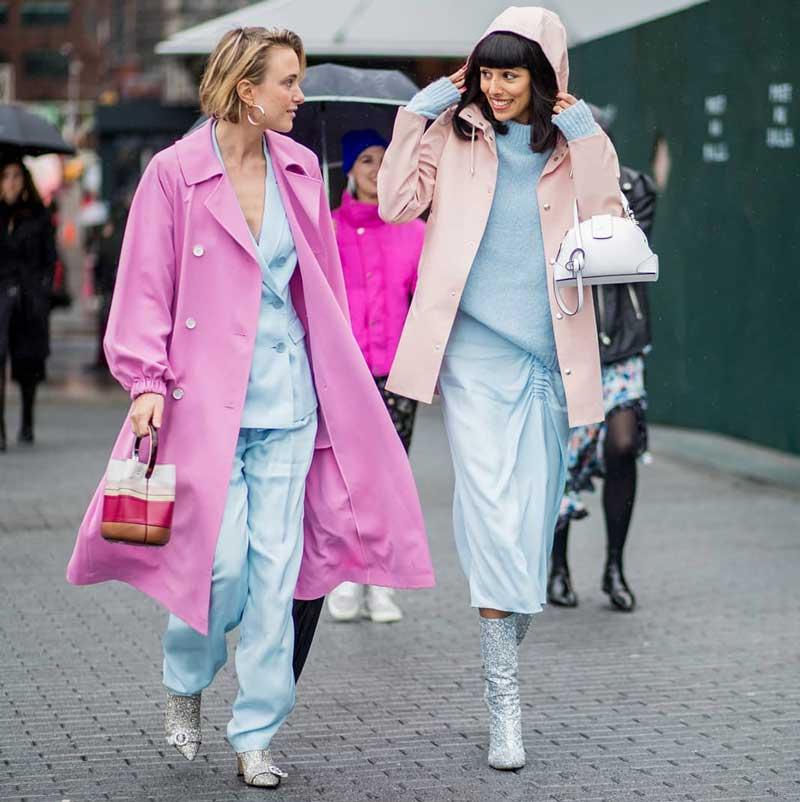 cores que combinam com azul pastel vestido capa de chuva sobretudo rosa