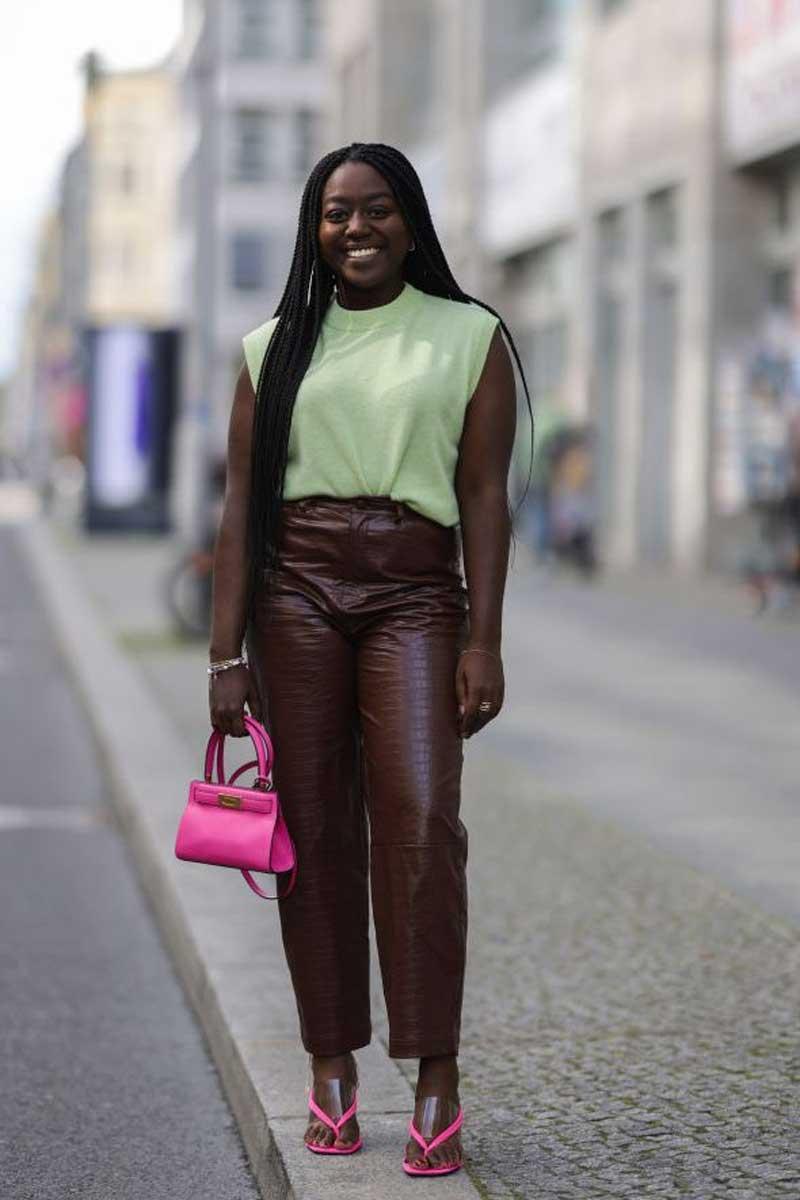 looks verde rosa calca couro marrom regata verde pastel bolsa rosa