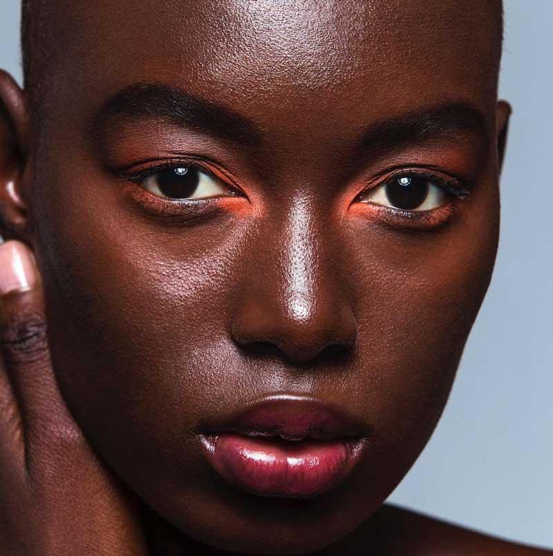 maquiagem colorida pele negra cor no canto dos olhos