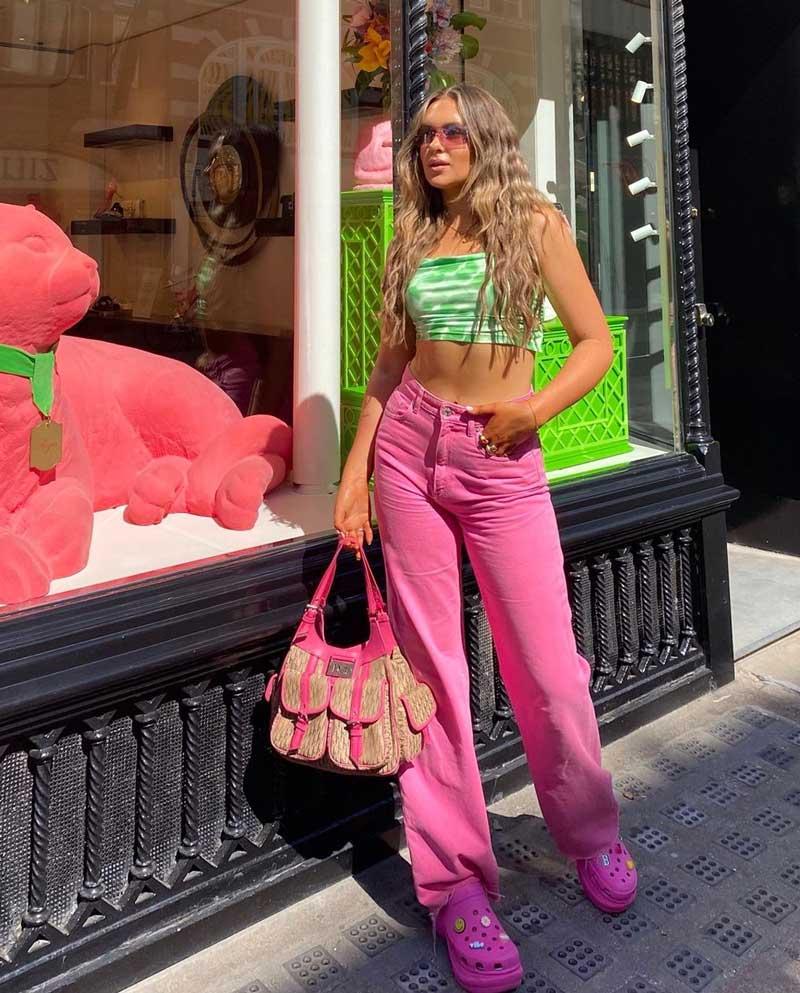 moda anos 2000 calca perna larga rosa top cropped verde oculos transparente crocs