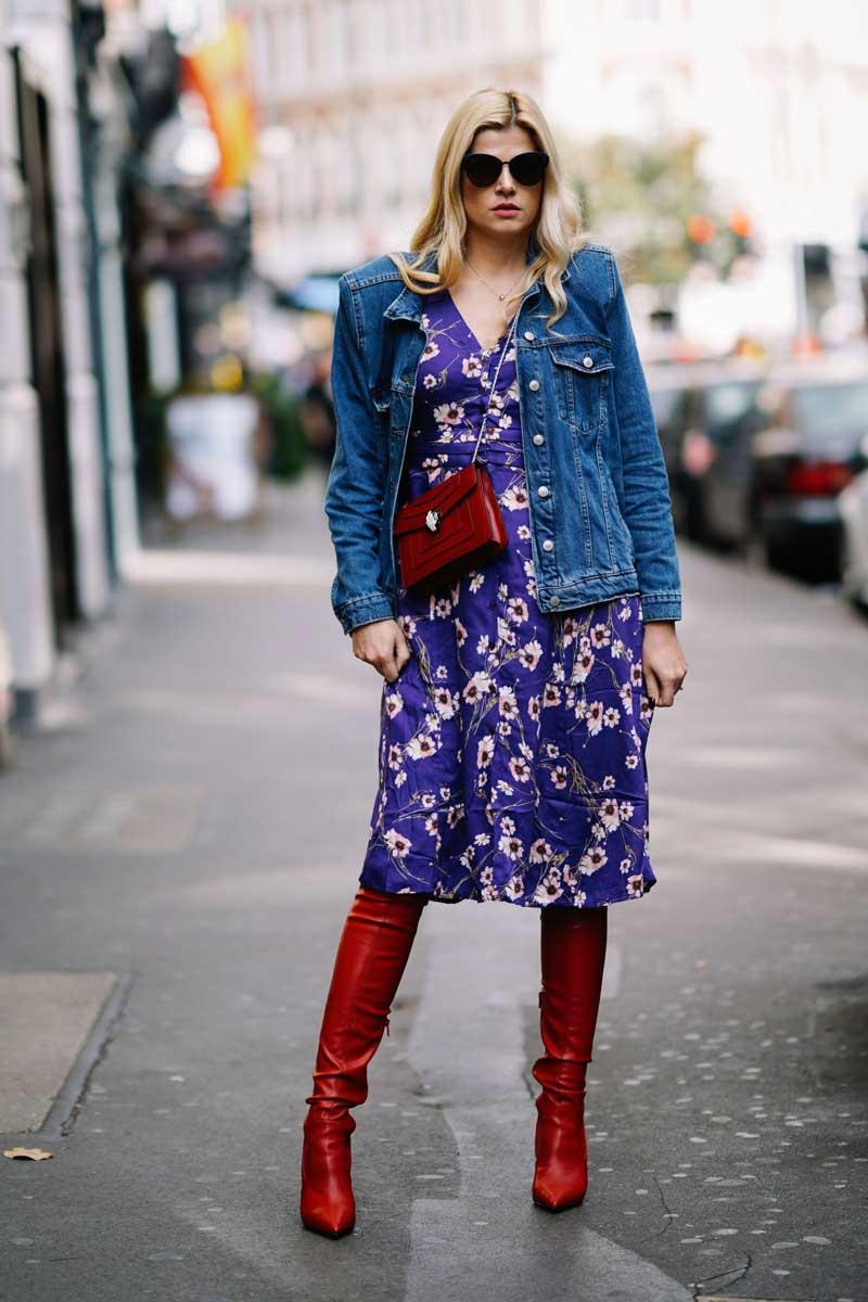 moda anos 70 vestido floral bota vermelha jaqueta jeans