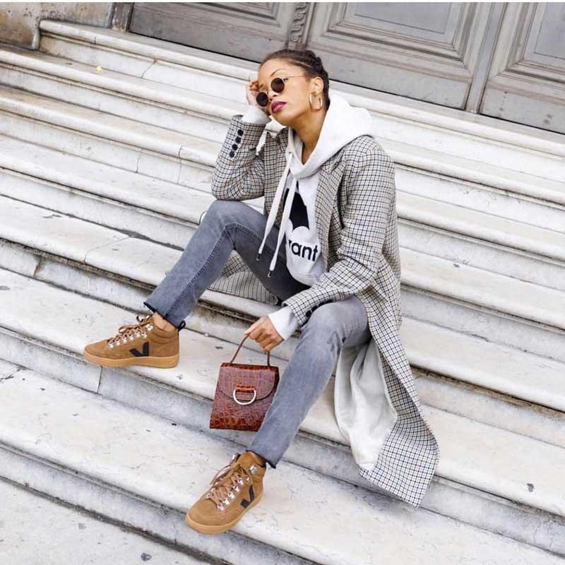 tênis veja marrom calça jeans moletom com capuz blazer