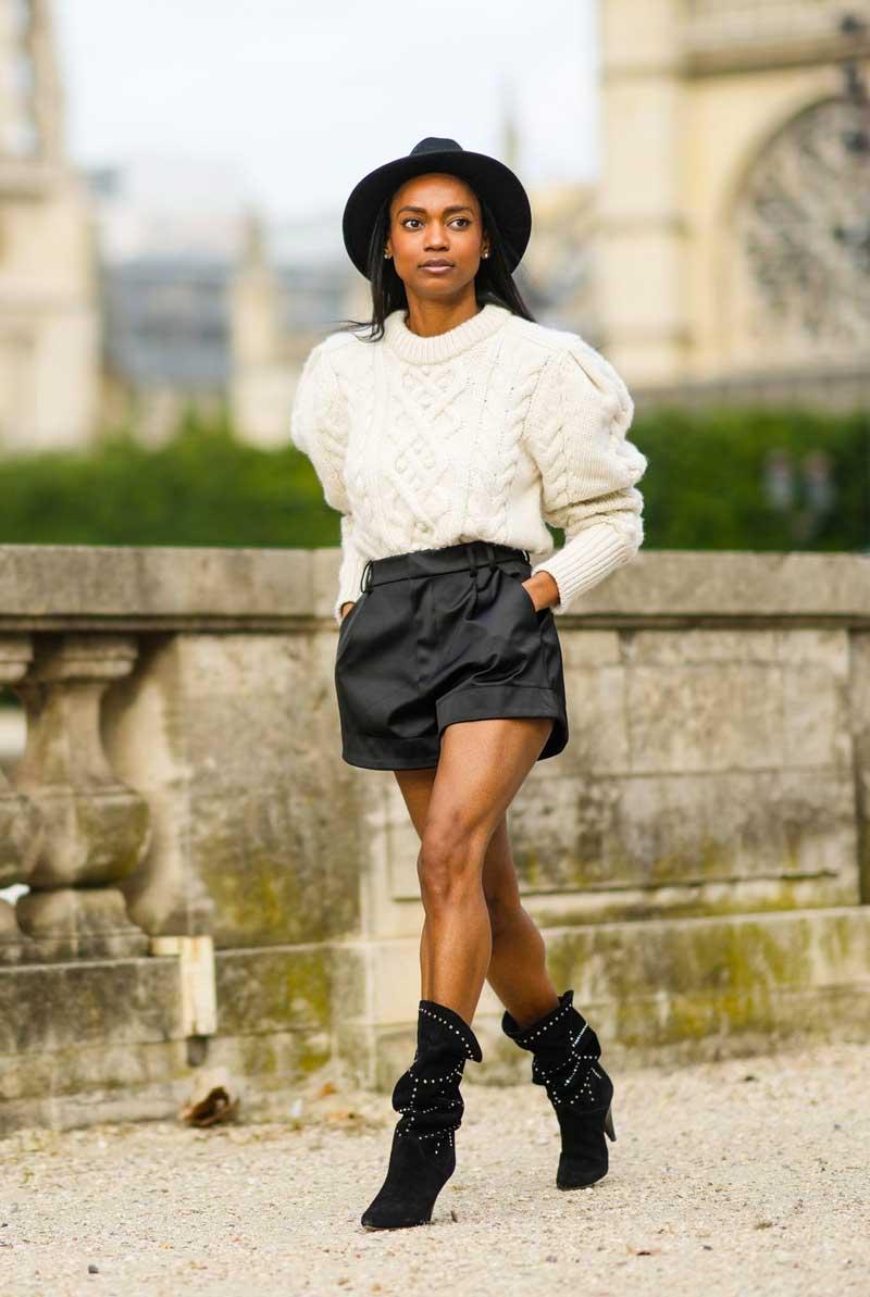 bermuda de couro preta bota cowboy suéter de lã branco