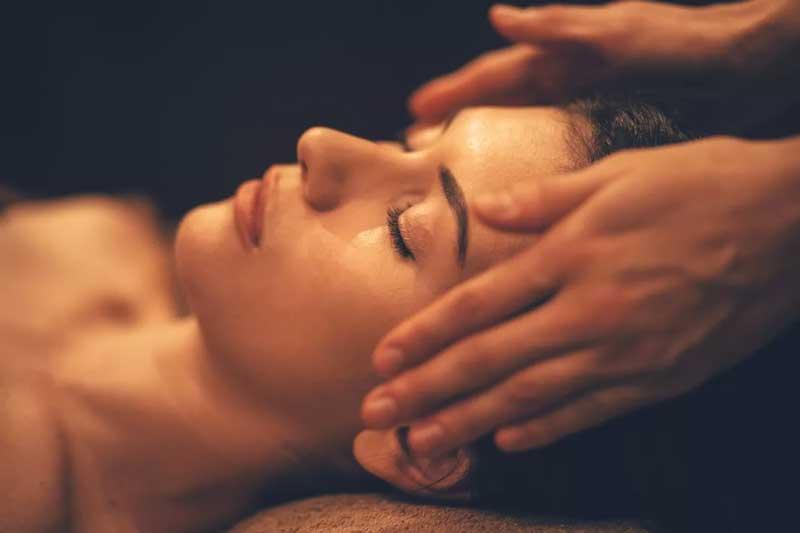 massagem capilar nos cabelos
