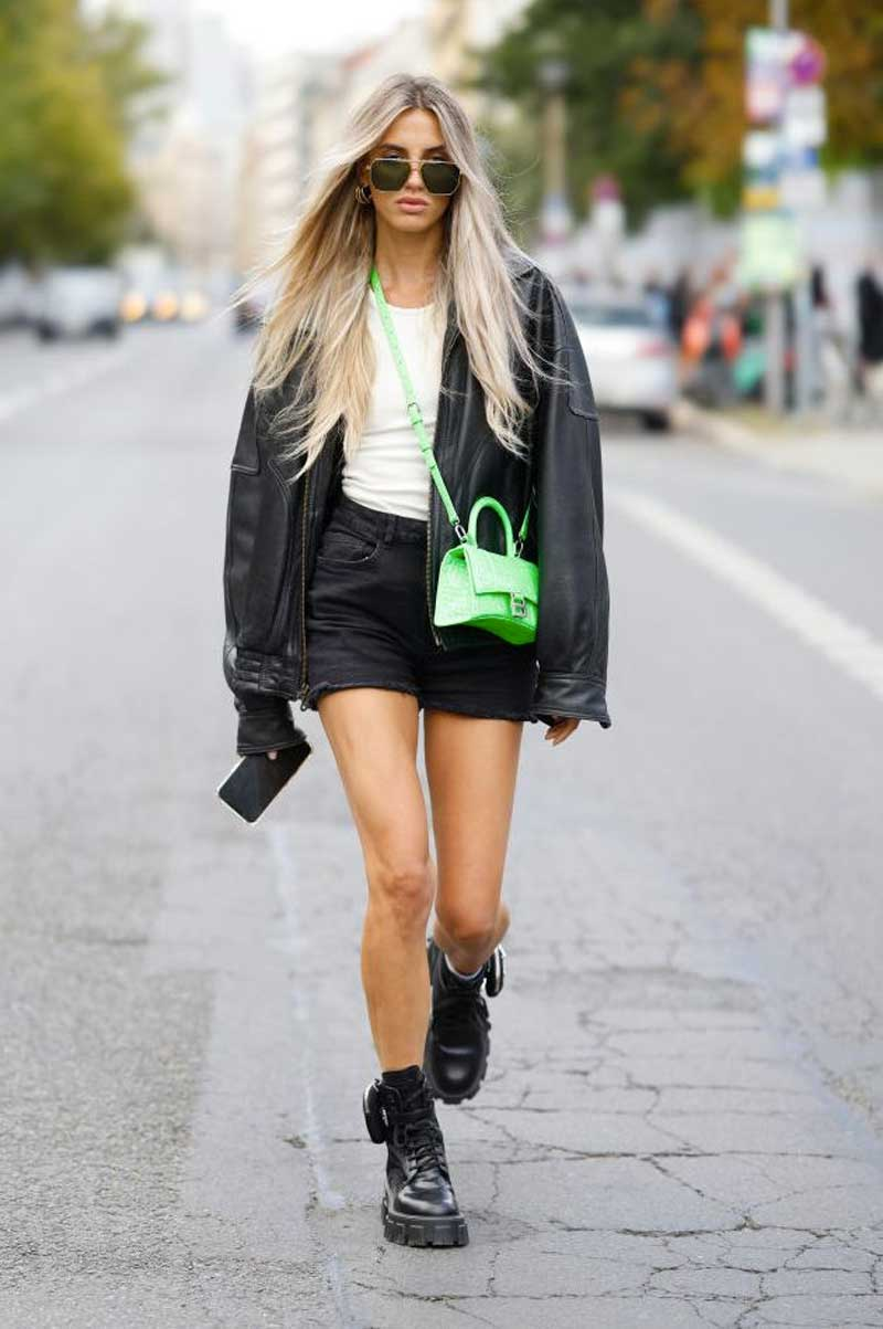 preto branco coturno prada bermuda jeans preta regata branca jaqueta de couro bolsa verde neon