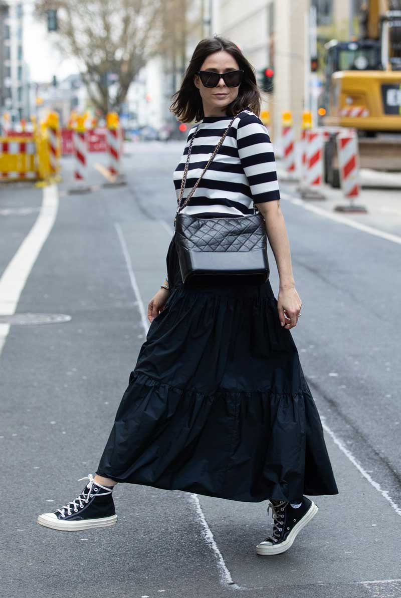 saia longa preta blusa listrada branco e preto