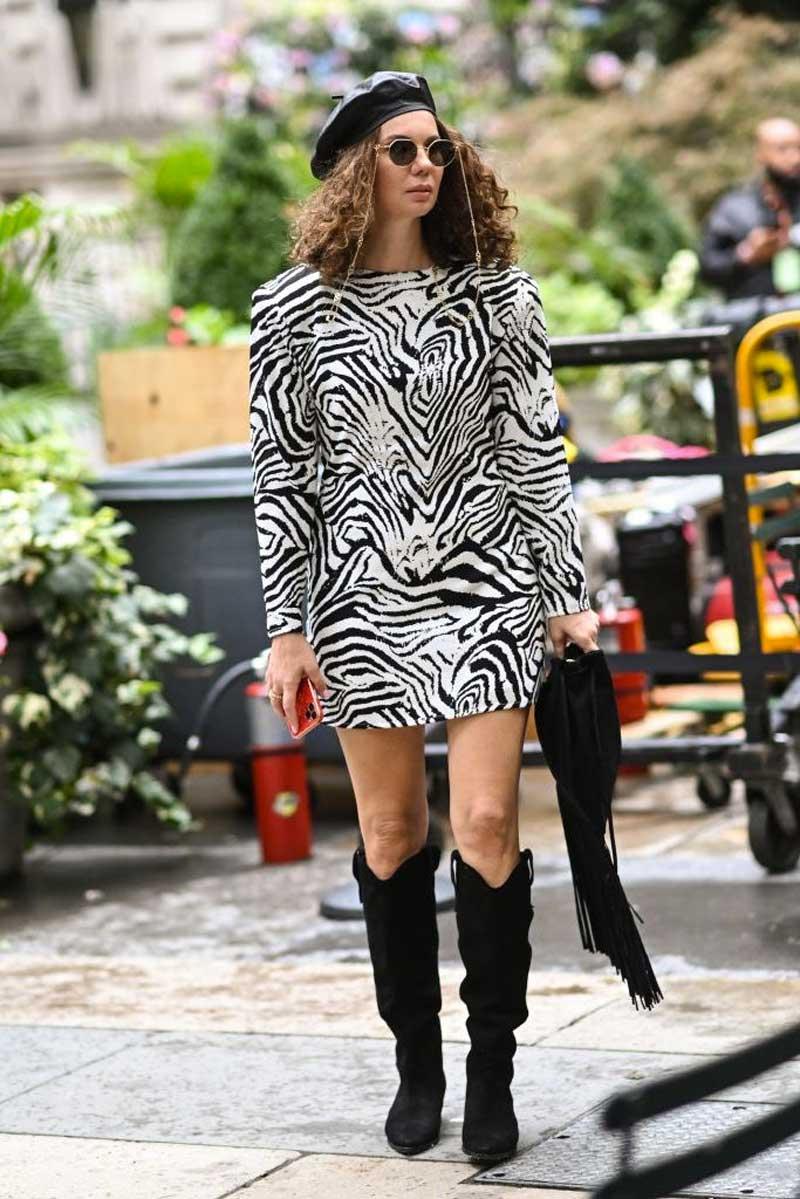 vestido zebra bota cano alto looks